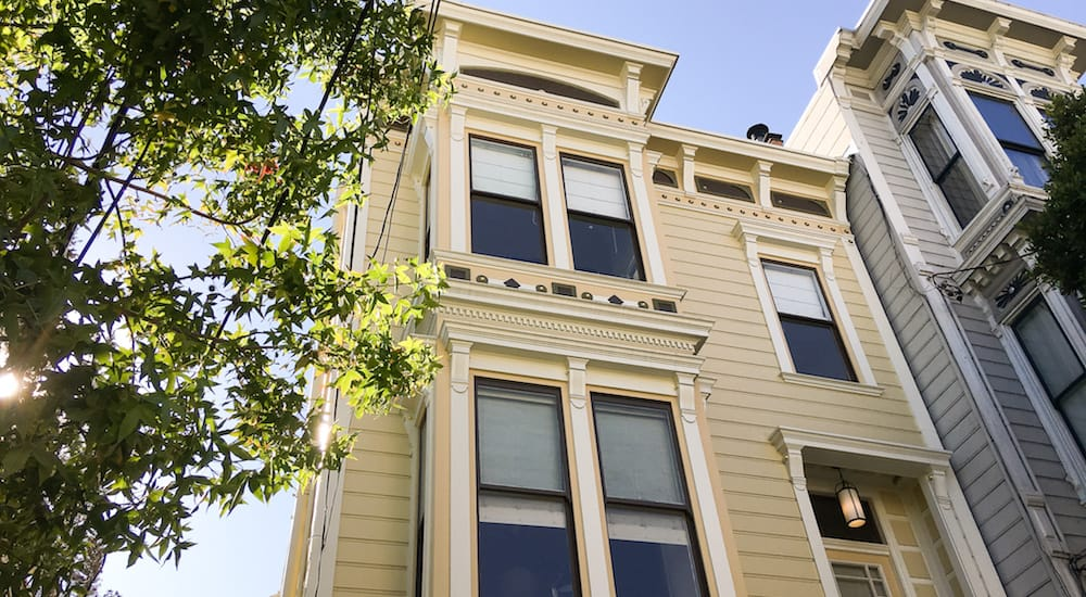 This 1886 renovated Victorian house could be your new home in San Francisco! Make the most of the big kitchen with range cooker, outdoor area and cosy workspaces around the house between coffees in Mission, days at the beach and meetings in Downtown.