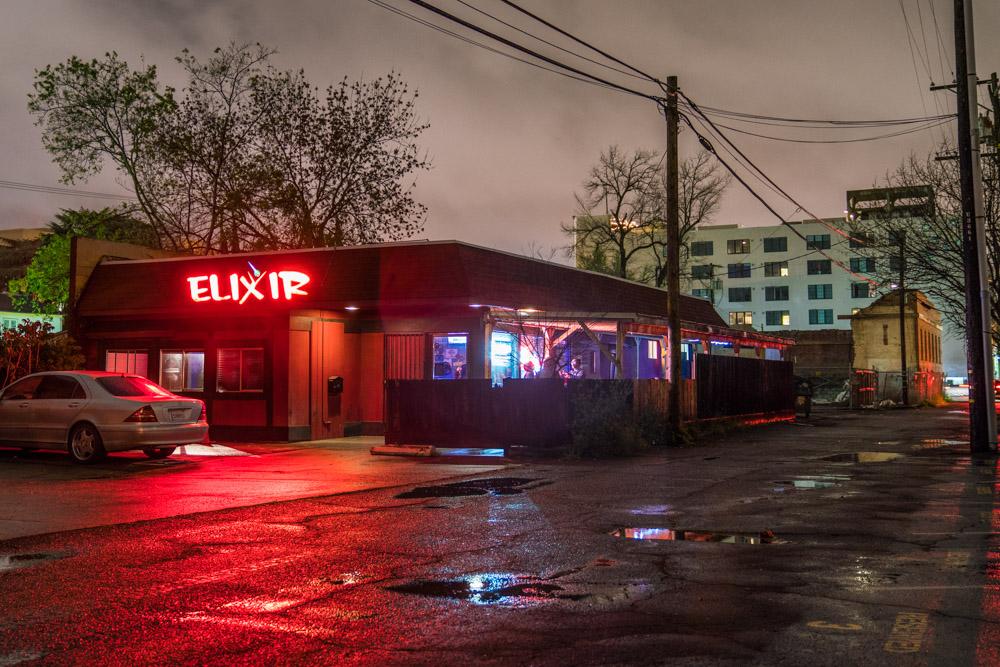 Exterior of Elixir Bar and Grill in Sacramento, CA