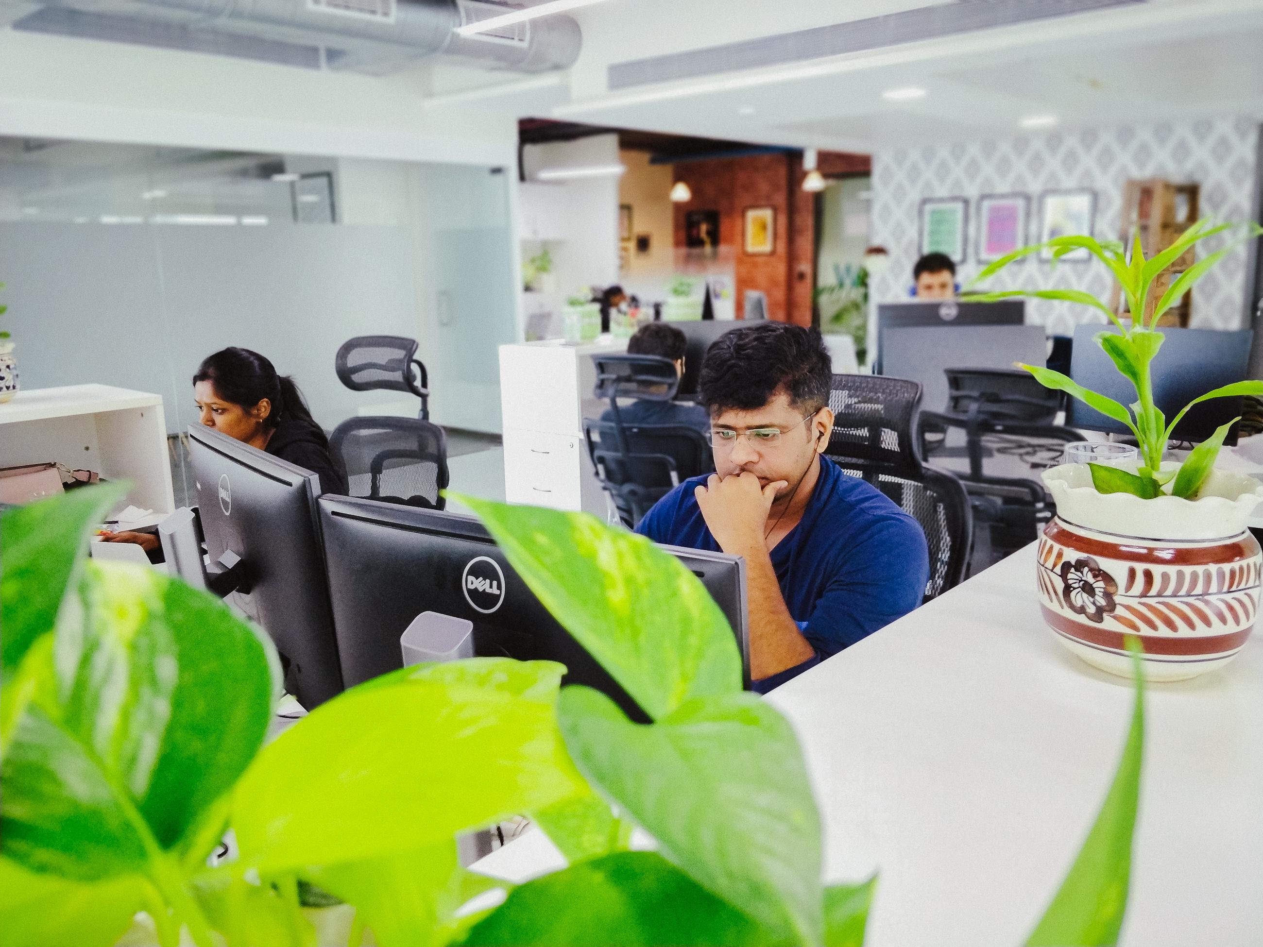 Våra flitiga medarbetare vid sina skrivbord i Mumbais kontorslandskap.