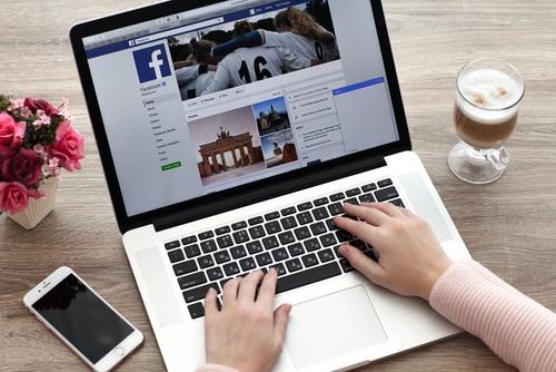 Addiction à Facebook : femmes et hommes quasi à égalité