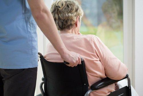 Patients déments en fin de vie : antibiothérapie et procédures lourdes plus fréquentes chez les femmes