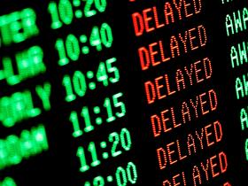 Painel de voos atrasados no aeroporto