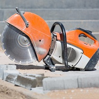 Weeklysafety.com exclusive safety meeting topic specific to the construction industry that provides important reminders about hazards associated with kickback when using handheld saws, the importance of guarding on circular saws, and the safety precautions required to prevent the dangers of respirable silica dust.