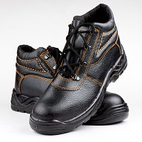 Weeklysafety.com exclusive safety meeting topic that provides tips for choosing work shoes and ensuring foot safety on the job.