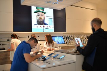 Users in-store using Intuiface experience