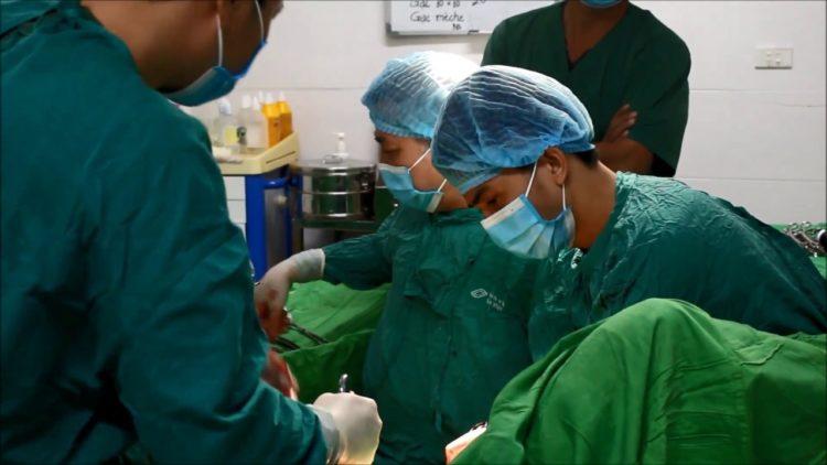 Một ca mổ ở Bệnh viện Phụ sản Trung ương