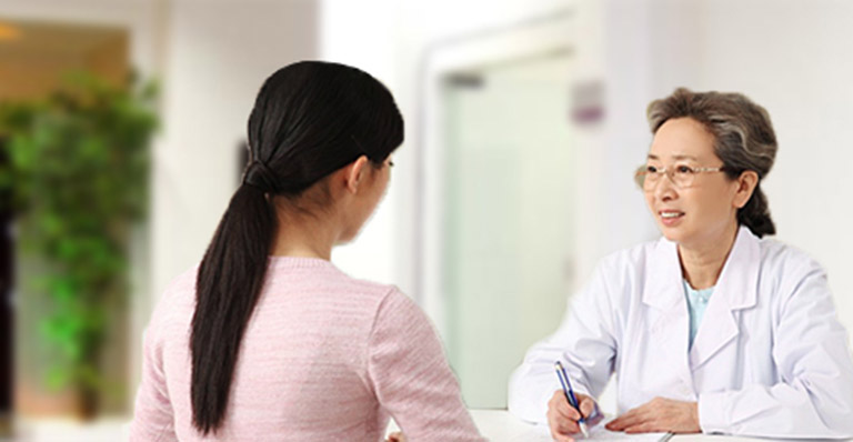 Khi bị nổi mụn nước ở tay nên đến gặp bác sĩ để được kê đơn thuốc điều trị phù hợp