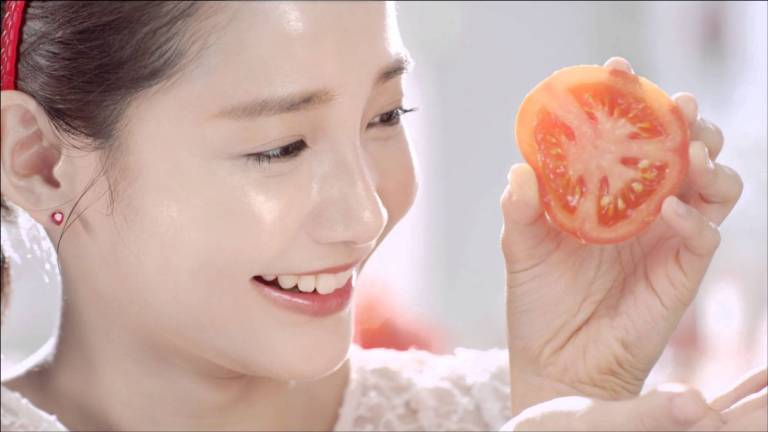 Trị mụn đầu đen ở mũi bằng cà chua
