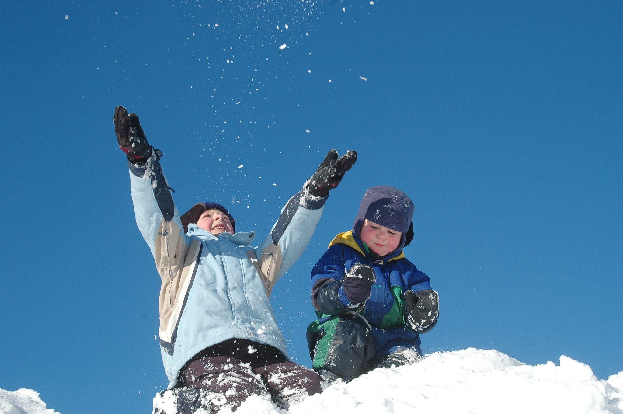 Born som leiker i snøen