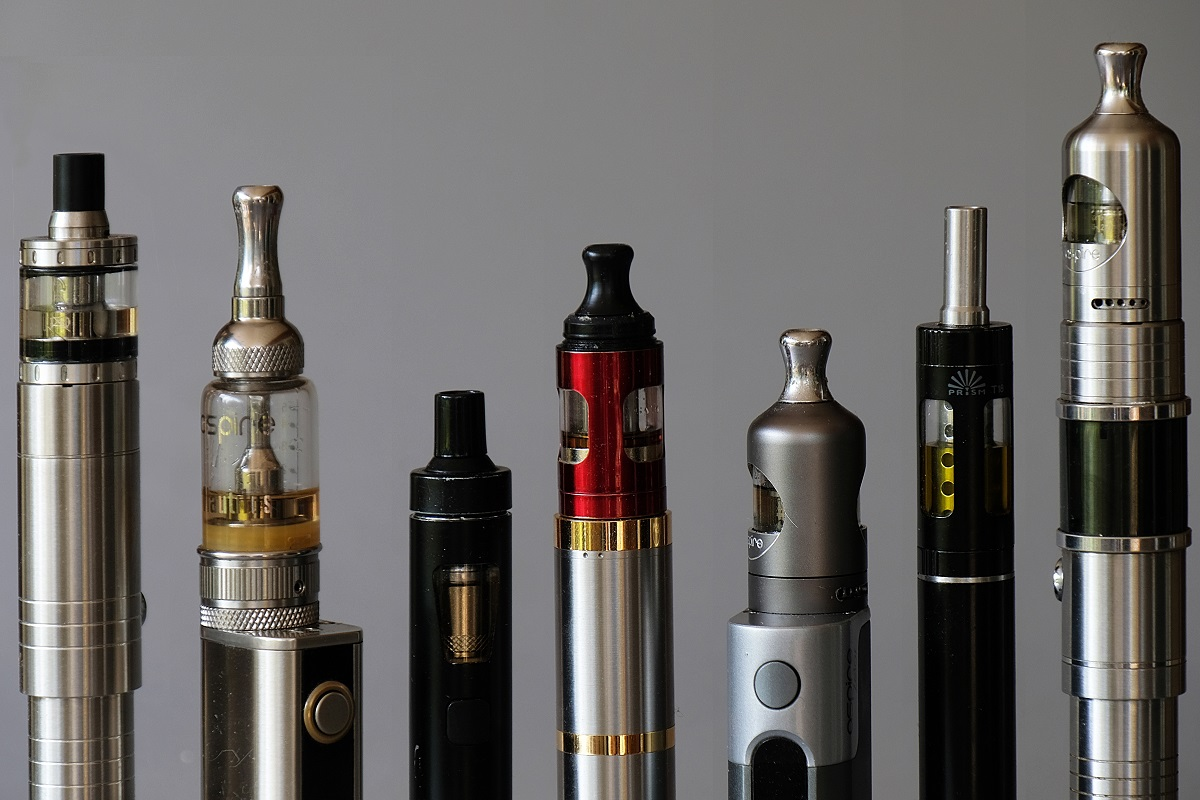 Various vape pens next to each other