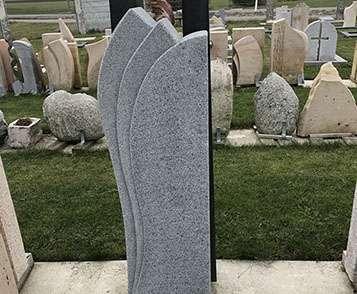 schöne günstige und moderne Grabsteine Einzelgrabstein mit Einfassung aus Granit Kalkstein oder Sandstein vom steinmetz und Bildhauer Messerschmidt aus Deutschland in Crailsheim Grabstein Dekoration Symbole preise Grabgestaltung Grabsteinreiniger Grabsteinsprüche Grabsteinkosten herz buch
