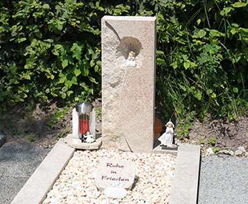Engel Grabstein mit Ornament schöne günstige und moderne Grabsteine Einzelgrabstein in Deutschland produziert Grabstein preise Grabstein kosten Grabstein kaufen Grabstein online