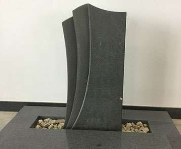 schöne günstige und moderne Grabsteine Urnengrabstein aus Sandstein mit Einfassung aus Granit vom Steinmetz und Bildhauer Messerschmidt aus Deutschland in Crailsheim