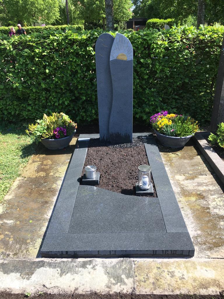 Einzelgrabstein aus Granit mit einfassung mit blumen erde modern billig online kaufen