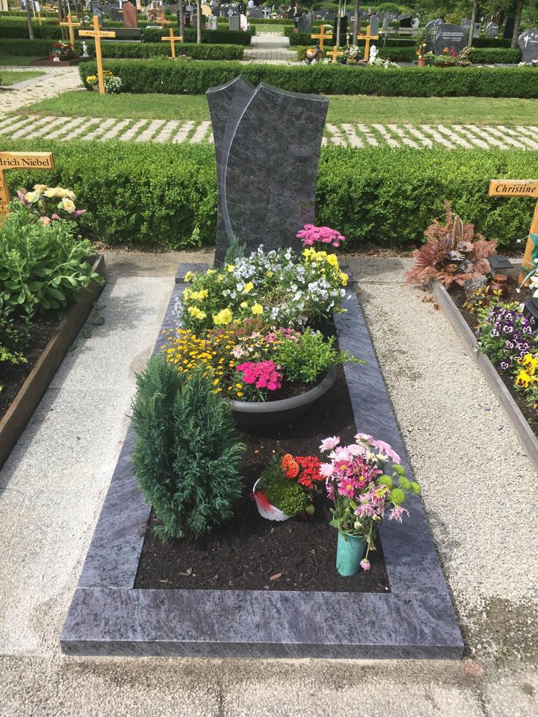 moderner grabstein eonzel grab granit einfassung blumen