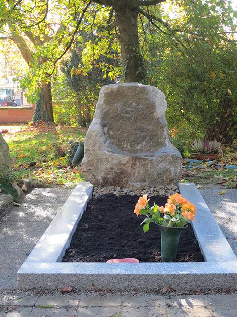 schöne günstige und moderne Grabsteine vom Steinmetz und Bildhauer Messerschmidt aus Crailsheim in Deutschland