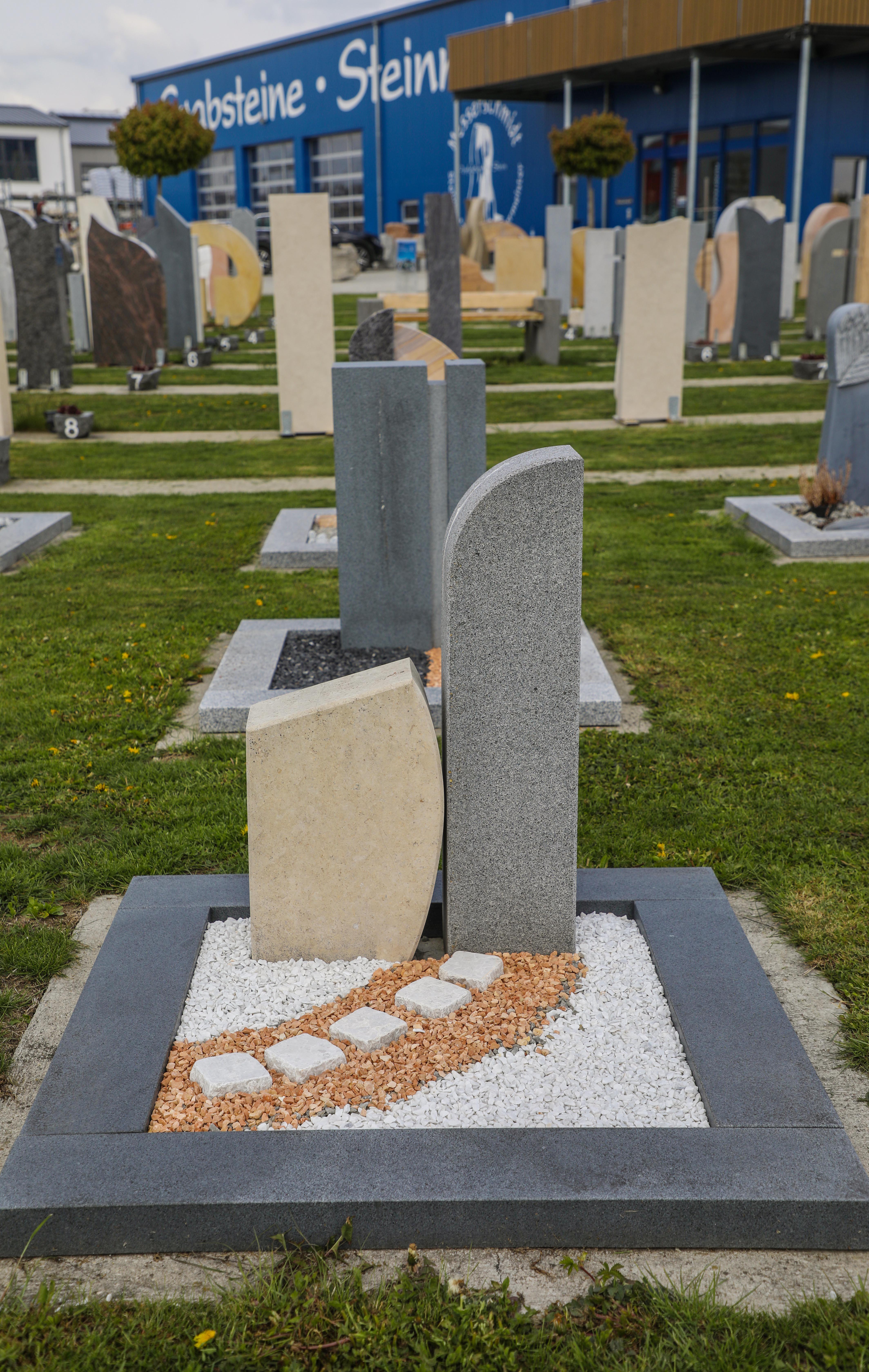 schöne günstige und moderne Grabsteine Urnengrabstein aus Sandstein und Granit vom Steinmetz und Bildhauer Messerschmidt aus Deutschland in Crailsheim