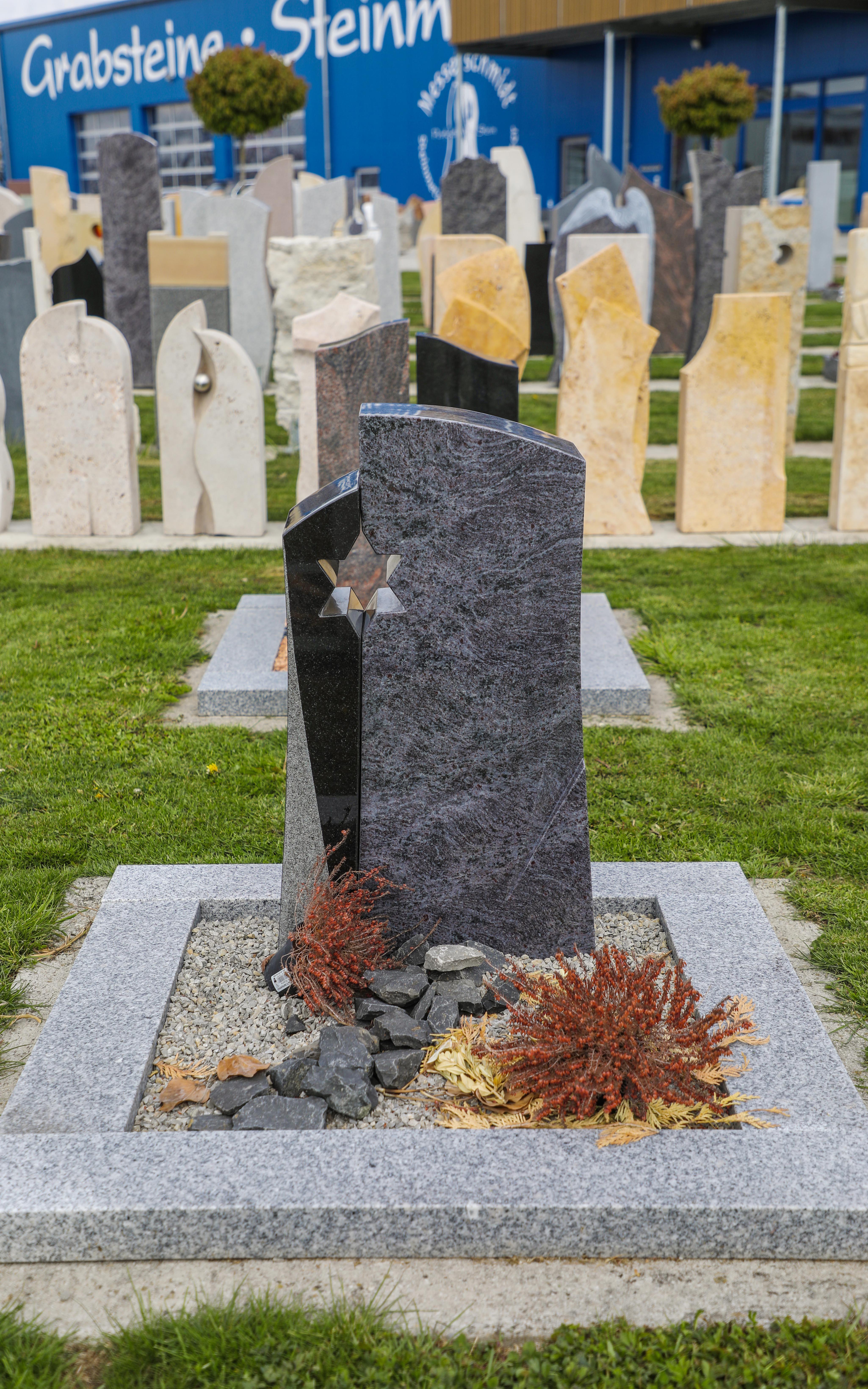 schöne günstige und moderne Grabsteine Urnengrabstein aus Granit mit Einfassung vom Steinmetz und Bildhauer Messerschmidt aus Deutschland in Crailsheim