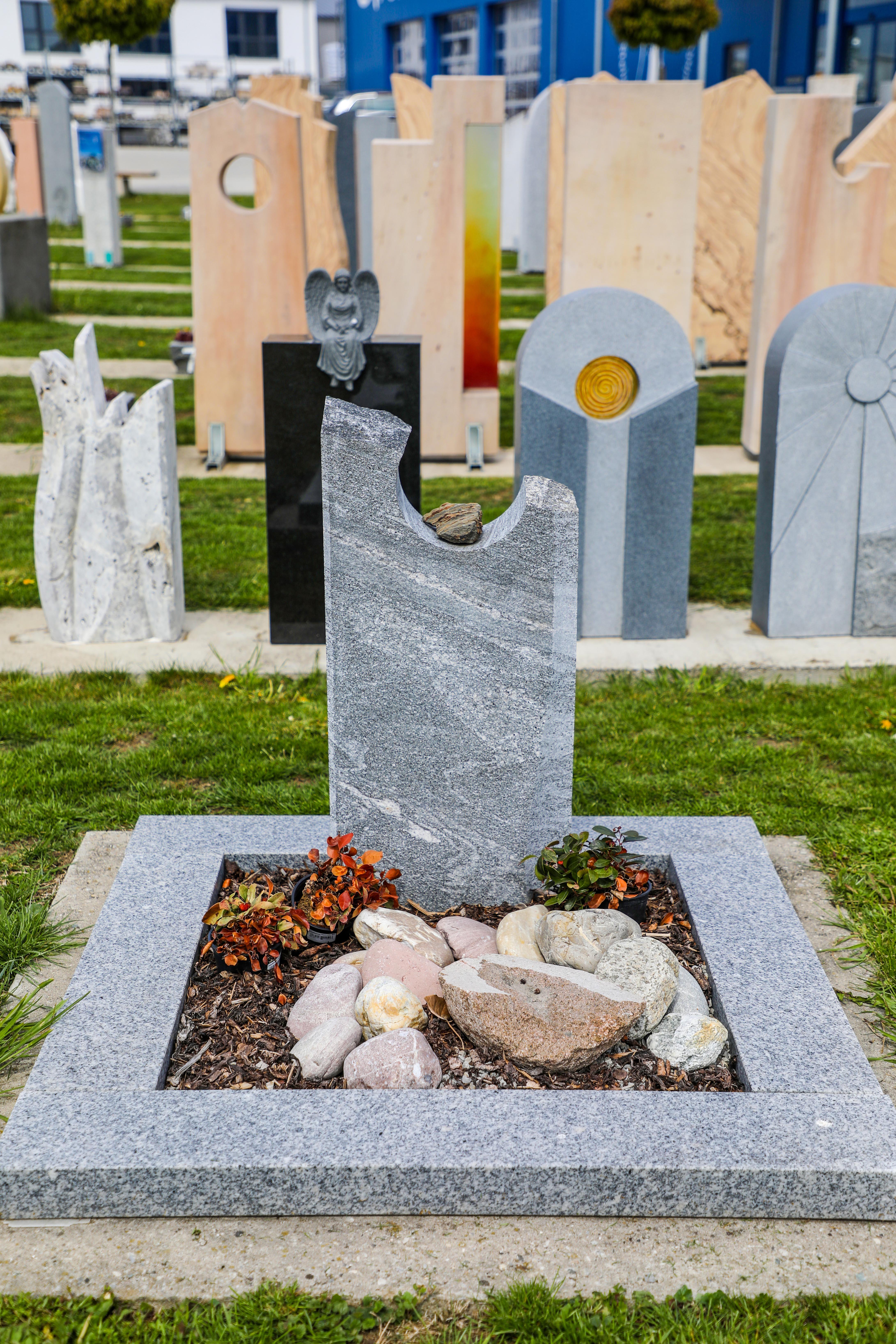schöne günstige und moderne Grabsteine Urnengrabsteine aus Granit mit Einfassung vom Steinmetz und Bildhauer Messerschmidt aus Deutschland in Crailsheim