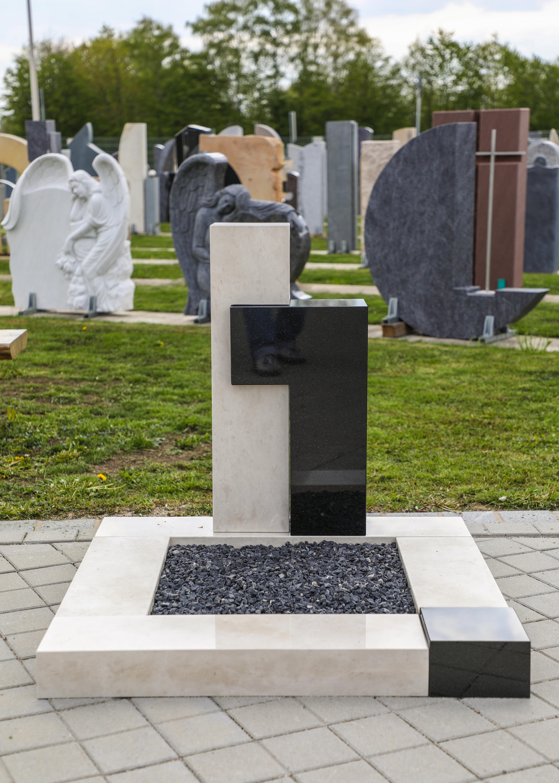schöne günstige und moderne Grabsteine Urnengrabstein aus Kalkstein und Granit mit Einfassung vom Steinmetz und Bildhauer Messerschmidt aus Deutschland in Crailsheim