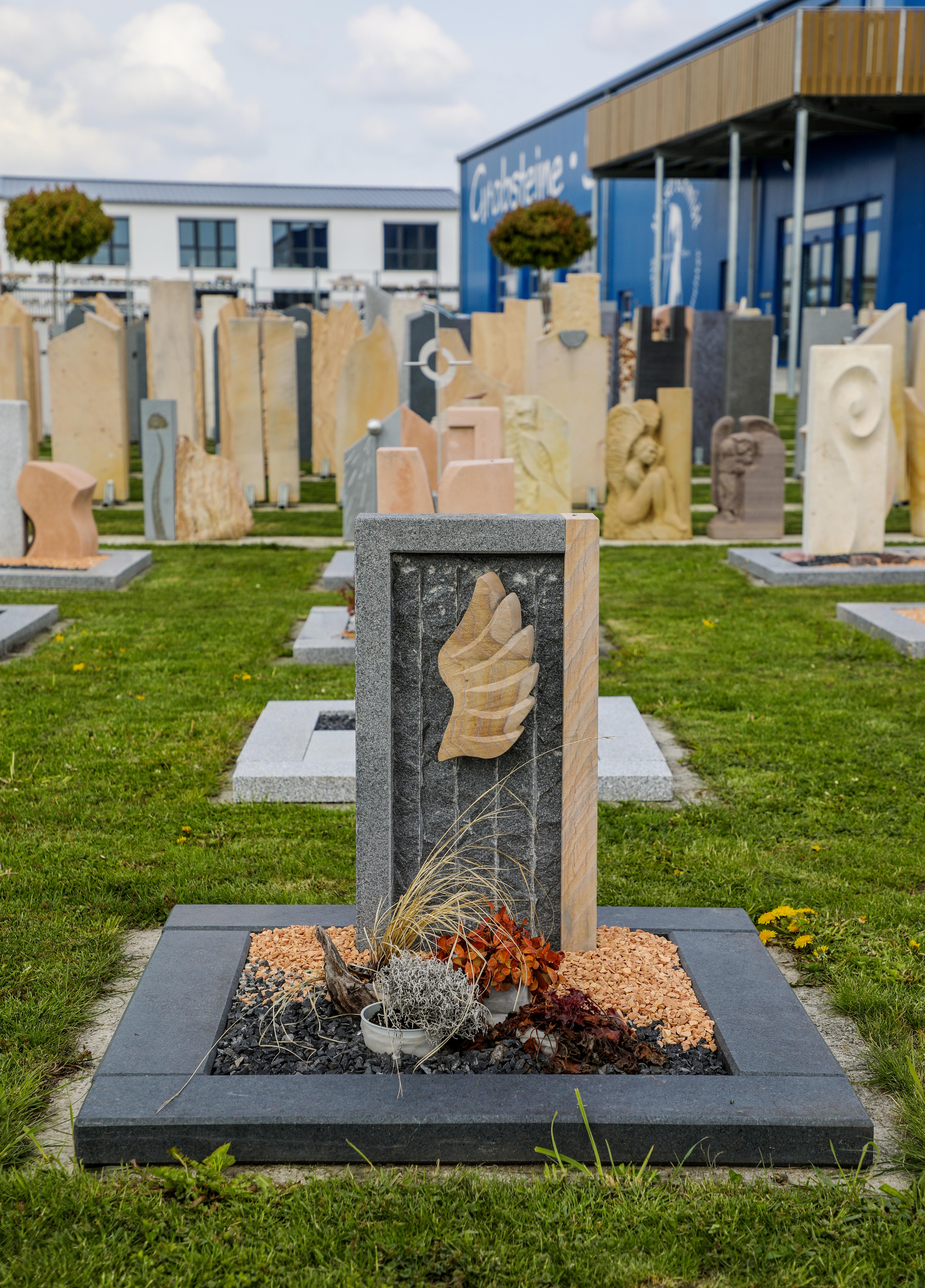 schöne günstige und moderne Grabsteine Urnengrabstein aus Granit und Sandstein vom Steinmetz und Bildhauer Messerschmidt aus Deutschland in Crailsheim