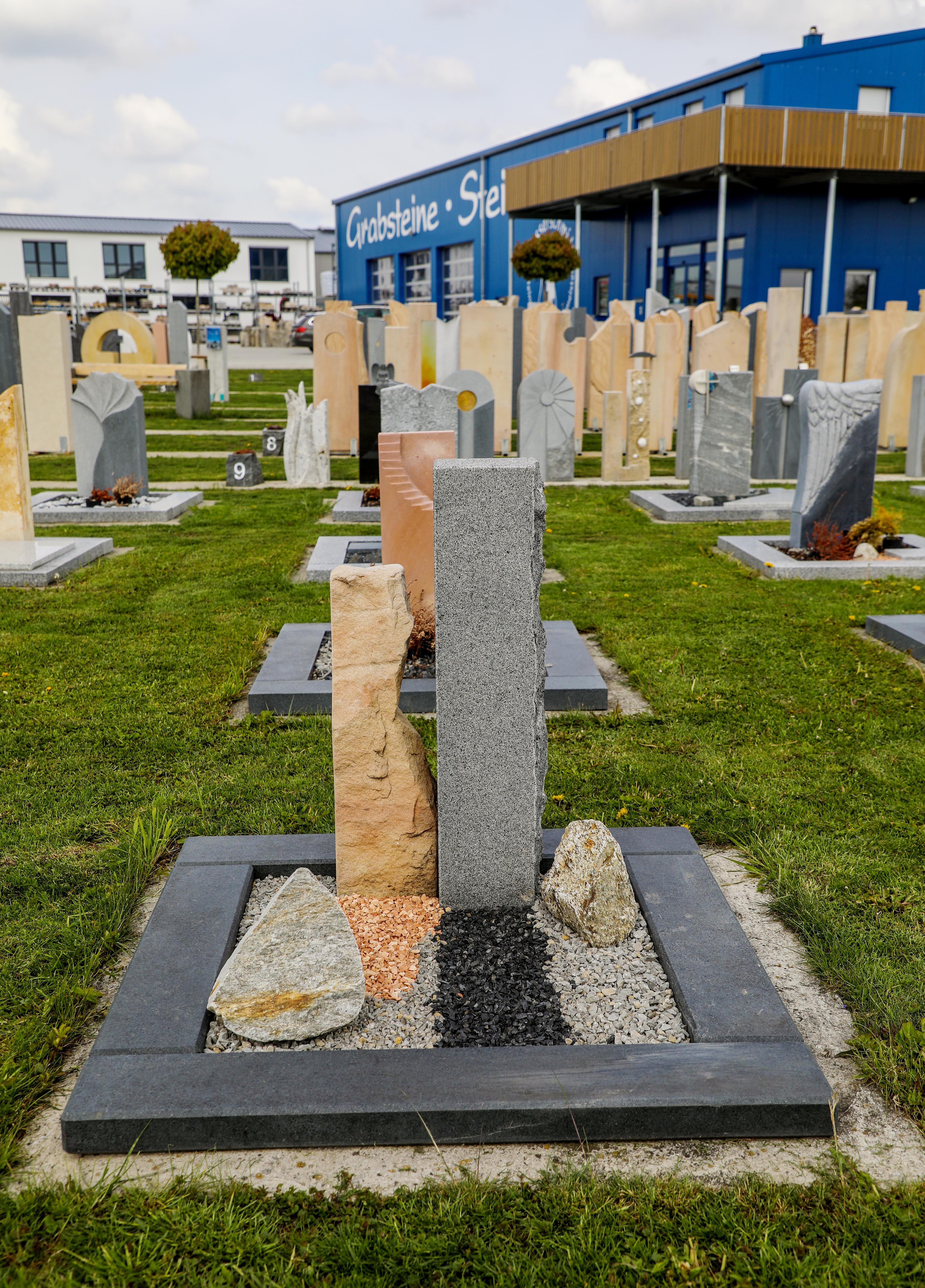 schöne günstige und moderne Grabsteine Urnengrabstein aus Sandstein und Granit mit Einfassung vom Steinmetz und Bildhauer Messerschmidt aus Deutschland in Crailsheim