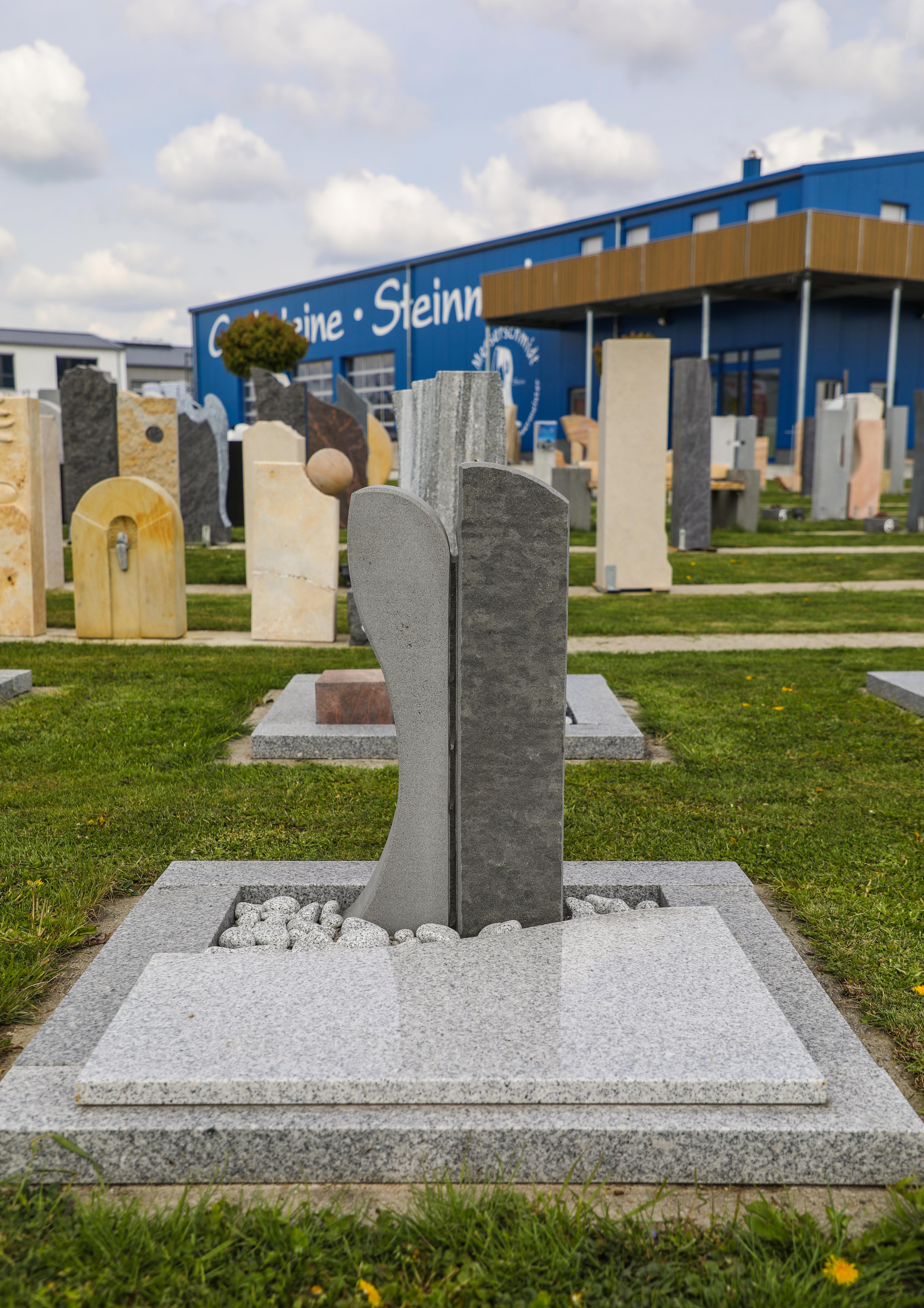 schöne günstige und moderne Grabsteine Urnengrabstein mit Einfassung vom Steinmetz und Bildhauer Messerschmidt aus Deutschland in Crailsheim