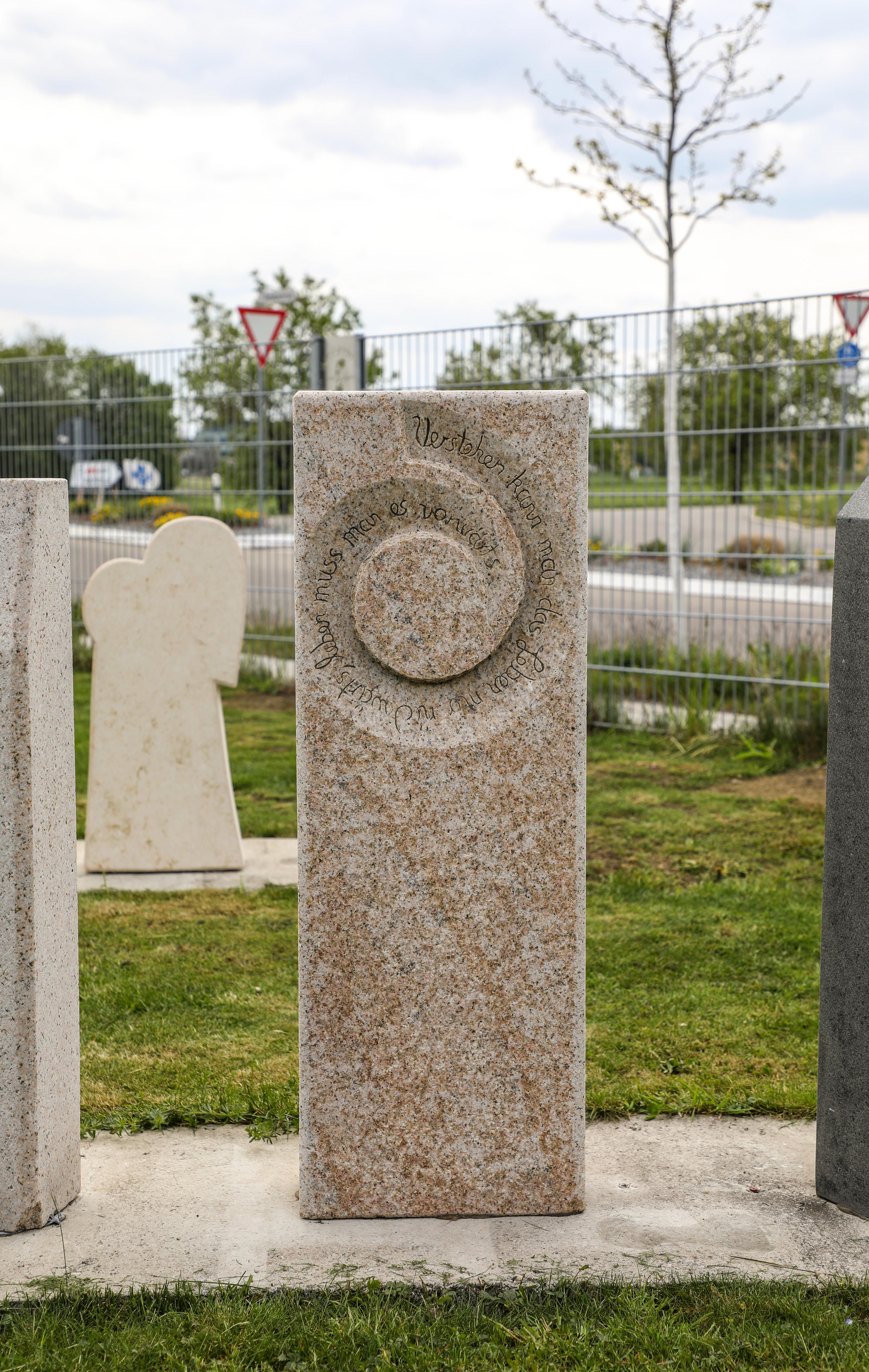 schöne günstige und moderne Grabsteine Einzelgrabstein