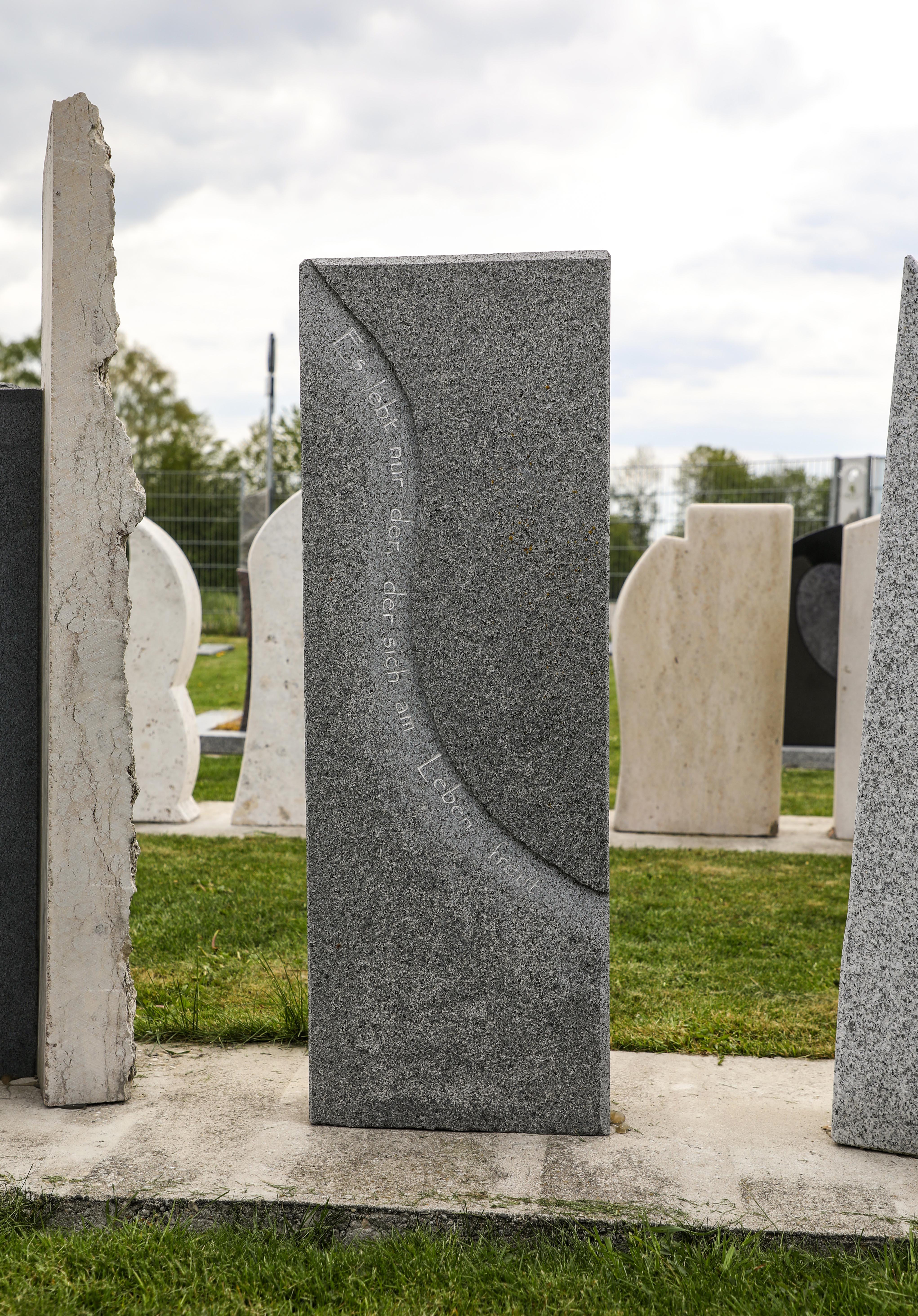 schöner günstiger und moderner Grabstein Einzelgrabstein in Deutschland aus Granit