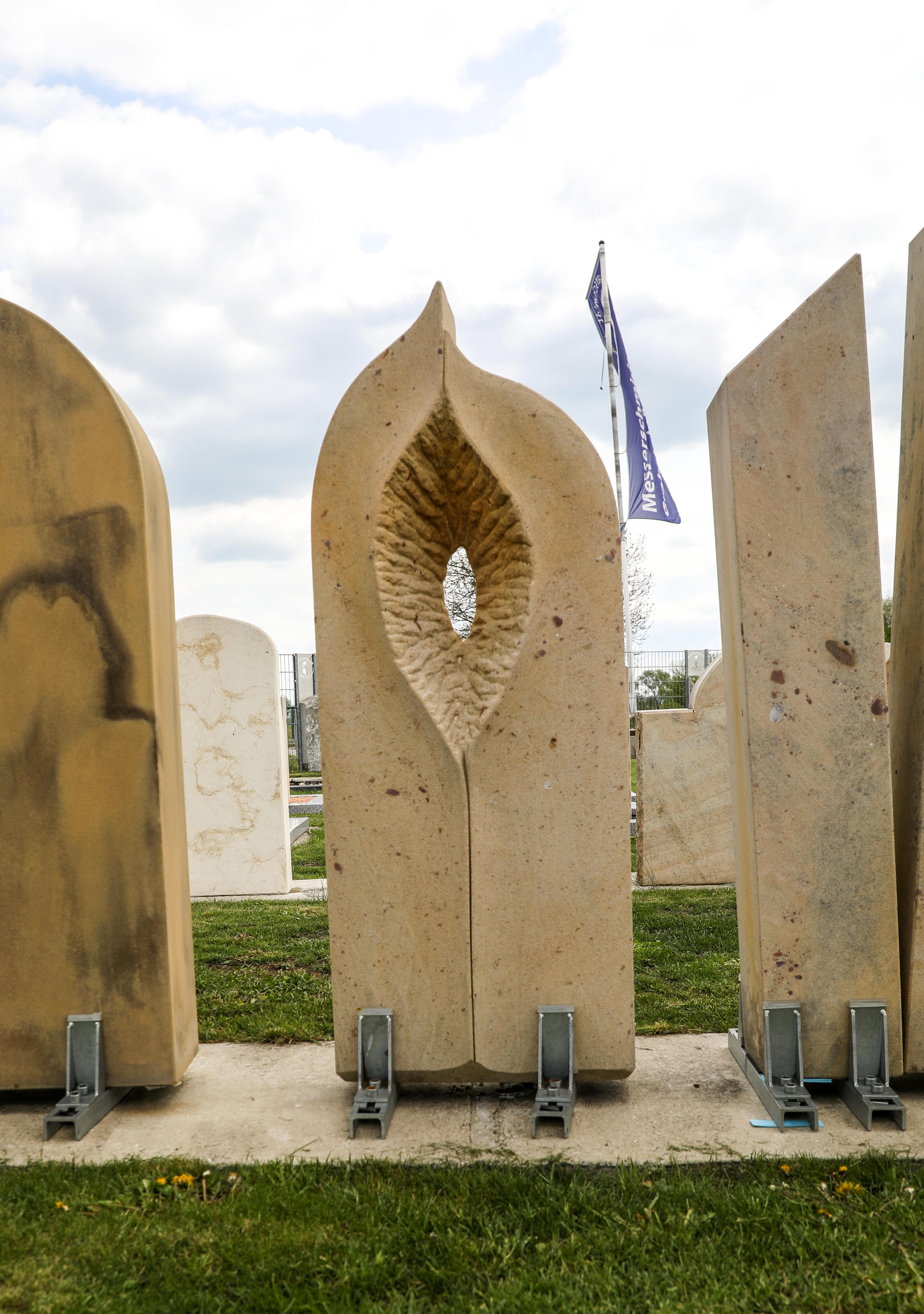 schöne günstige und moderne Grabsteine Einzelgrabsteine produziert in Deutschland vom Steinmetz und Bildhauer Messerschmidt in Crailsheim