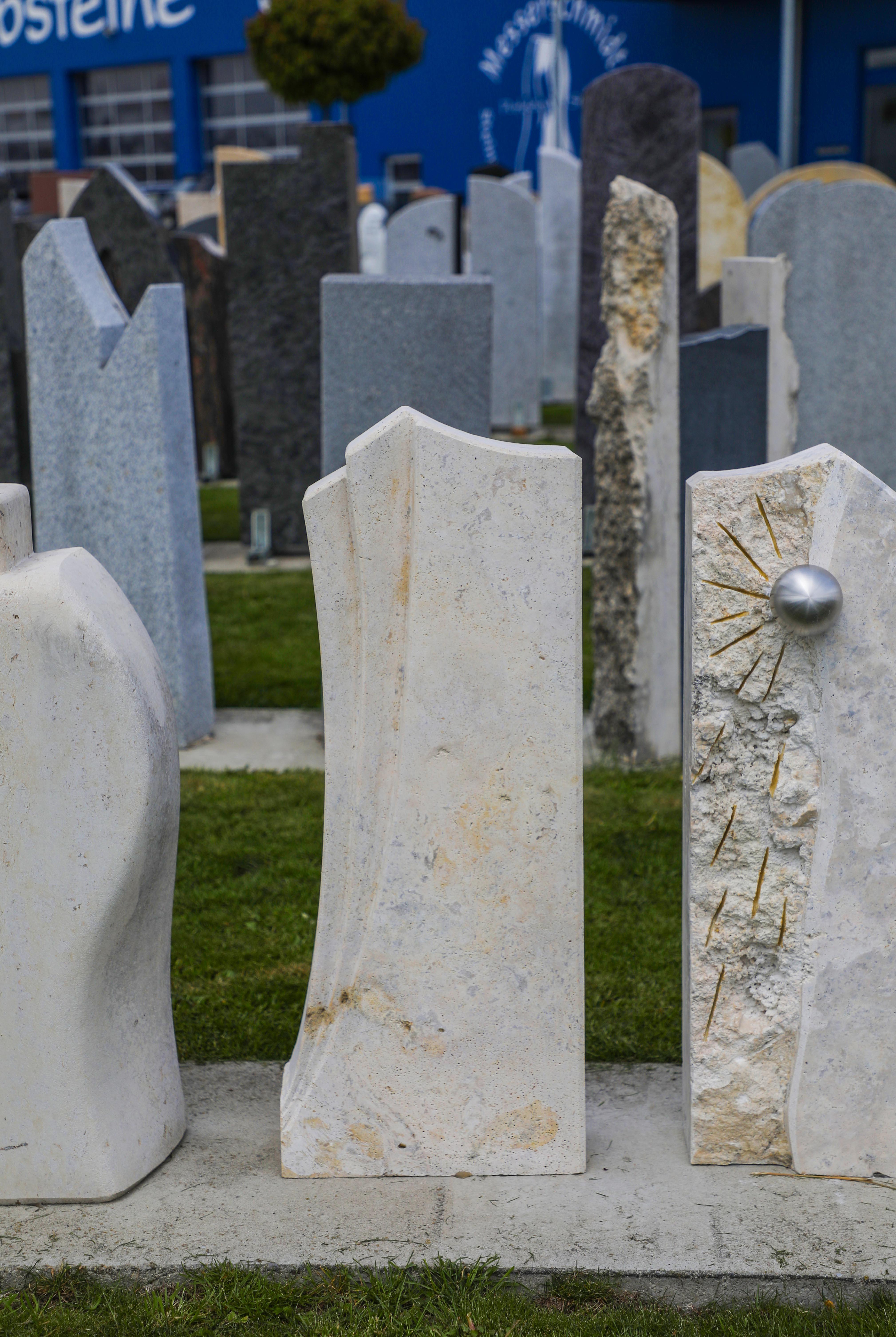 schöne günstige und moderne Grabsteine Urnengrabstein aus Sandstein mit Einfassung aus Granit vom Steinmetz und Bildhauer Messerschmidt aus Deutschland in Crailsheim Grabstein online Grabstein preise kosten Grabstein Deutschland