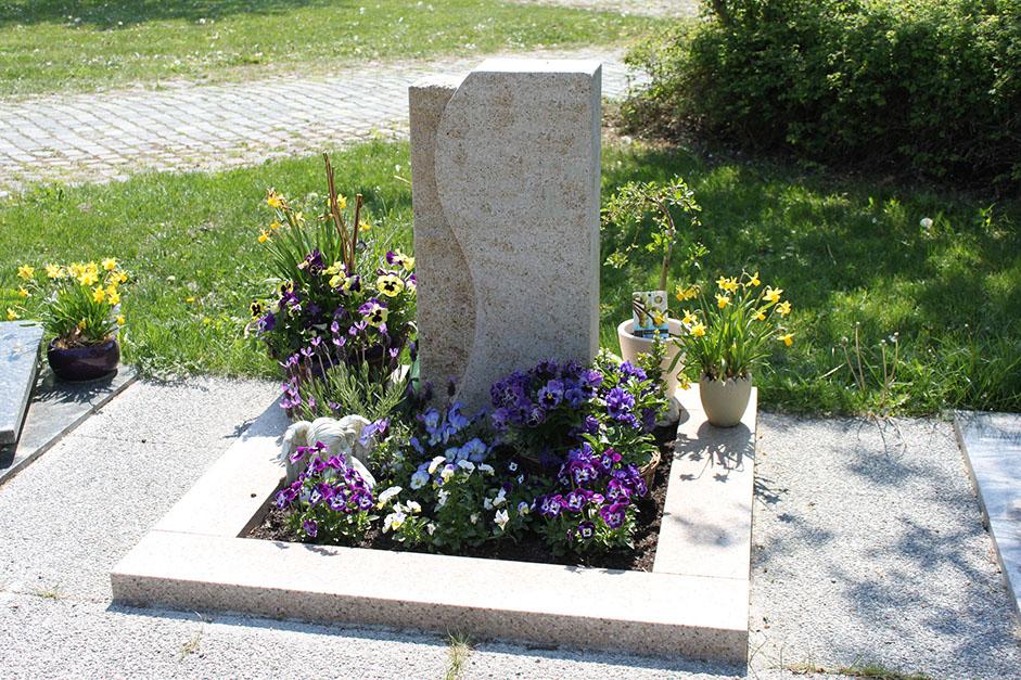 schöne günstige und moderne Grabsteine vom Steinmetz und Bildhauer Messerschmidt in Crailsheim