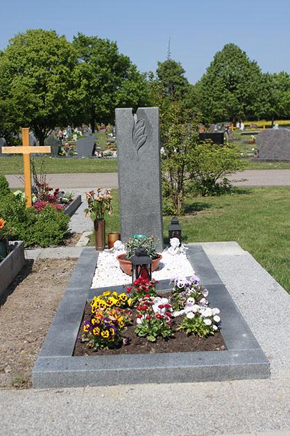 schöne günstige und moderne Grabsteine vom Steinmetz und Bildhauer Messerschmidt Deutschland Crailsheim sankt Augustin