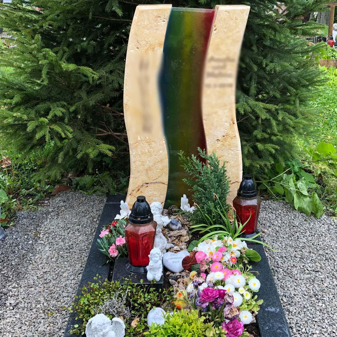 schöner Einzelgrabstein mit Regenbogenfarben