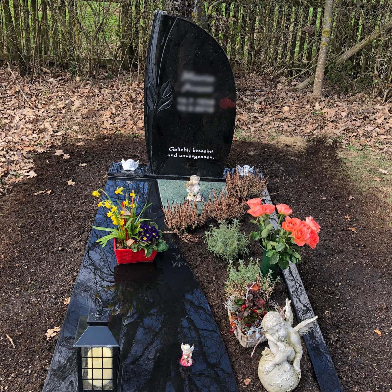 schlichter schwarzer Naturgrabstein in Deutschland