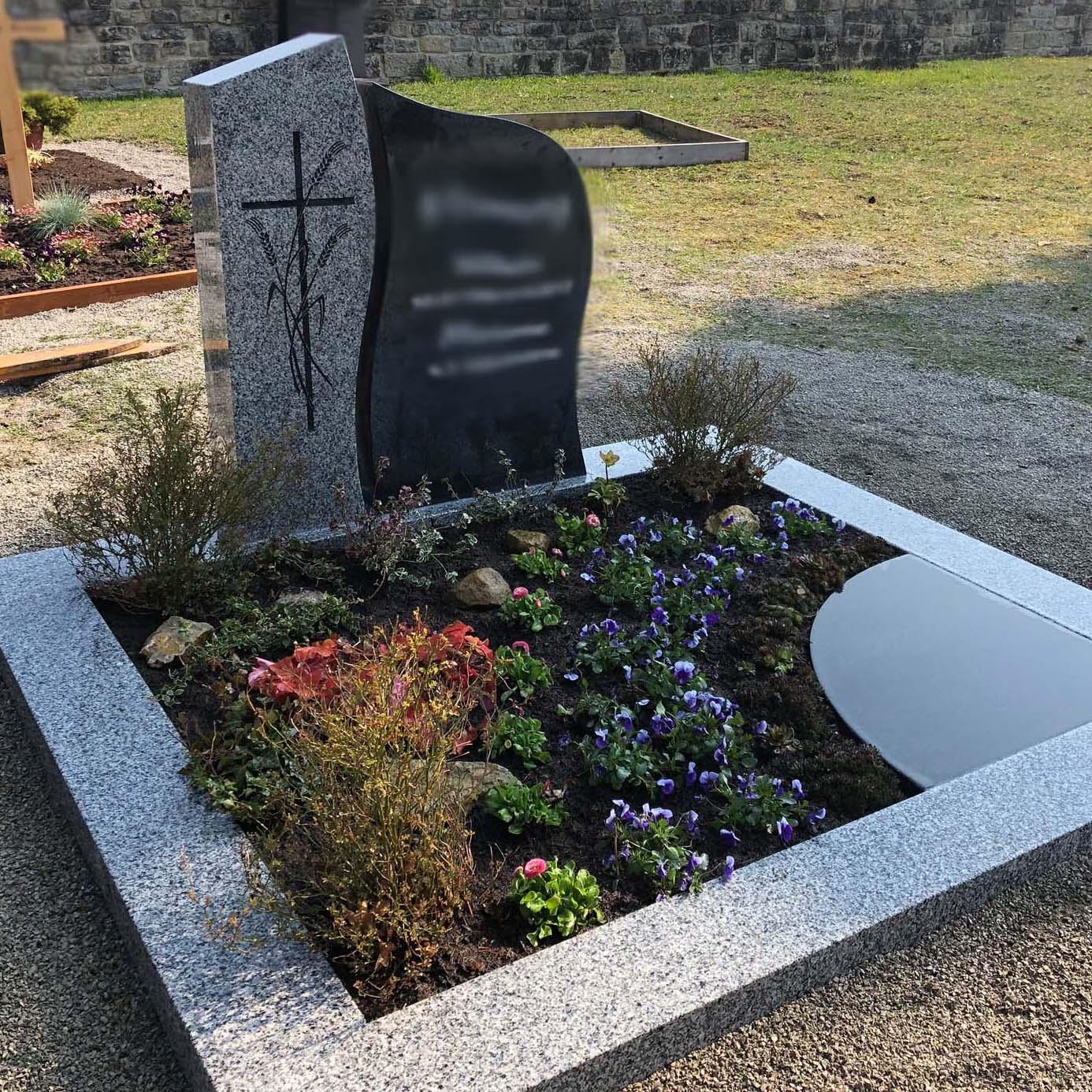 zweifarbiger Doppelgrabstein mit Grabgestaltung