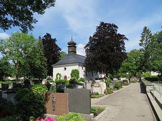 Friedhofskapelle-Sonthofen-Grabsteine-Steinmetz