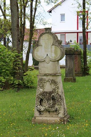 schöne Grabsteine in Püttlingen Steinmetz Urnengrab Einzelgrab Doppelgrabstein schöne Grabmäler