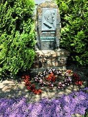 schöne Grabsteine in Altenberg Steinmetz Urnengrab Einzelgrab Doppelgrabstein schöne Grabmäler