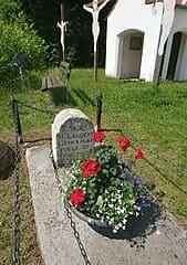 schöne günstige Grabsteine in Geisenfeld Steinmetz Urnengrab Einzelgrab Doppelgrabstein schöne Grabmäler