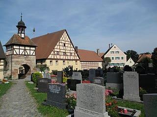 schöne günstige Grabsteine in Roßtal Steinmetz Urnengrab Einzelgrab Doppelgrabstein schöne Grabmäler