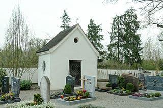 schöne günstige Grabsteine in Burgau Steinmetz Urnengrab Einzelgrab Doppelgrabstein schöne Grabmäler