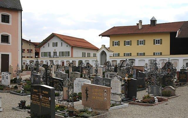schöne günstige Grabsteine in Siegsdorf Steinmetz Urnengrab Einzelgrab Doppelgrabstein schöne Grabmäler