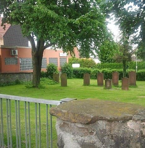 schöne günstige Grabsteine in Wölfersheim Steinmetz Urnengrab Einzelgrab Doppelgrabstein schöne Grabmäler