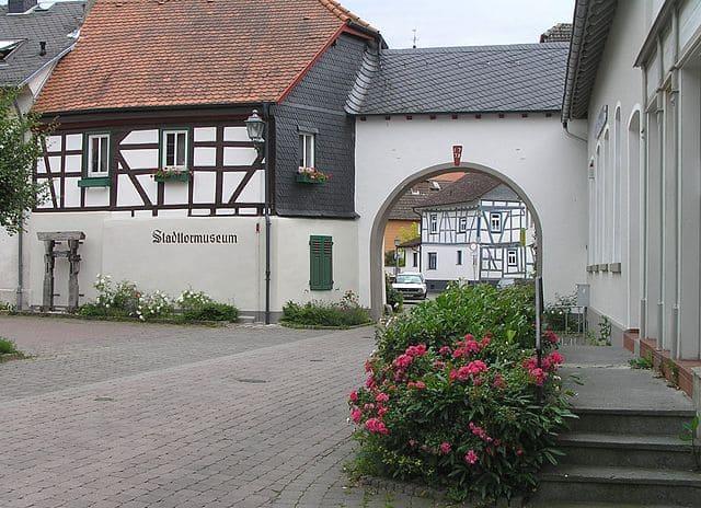 schöne günstige Grabsteine in Wehrheim Steinmetz Urnengrab Einzelgrab Doppelgrabstein schöne Grabmäler