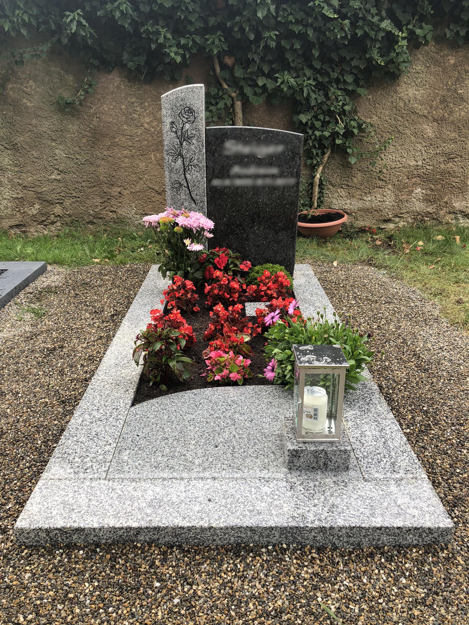Grabstein Rosenmotiv Granit mit Grabplatte