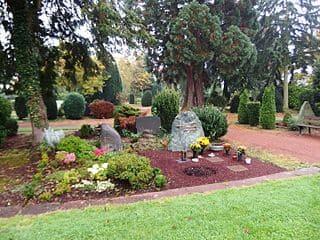 schöne günstige Grabsteine in Tönisvorst Steinmetz Urnengrab Einzelgrab Doppelgrabstein schöne Grabmäler
