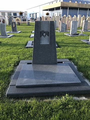 Urnengrabsteine mit Grabeinfassung Granit stehend