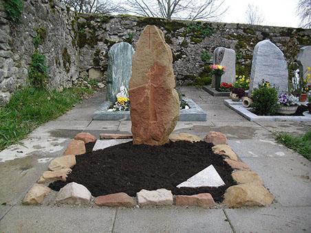 Urnengrab mit Einfassung Naturstein stehend Kreuz