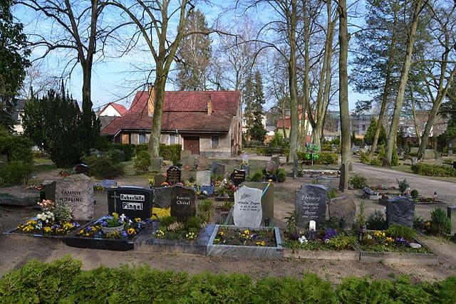 schöne günstige Grabsteine in Woltersdorf Steinmetz Urnengrab Einzelgrab Doppelgrabstein schöne Grabmäler